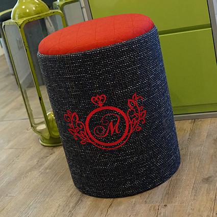 Hocker rot/ marineblau - ideal zum Abstand wahren im Geschäft - individualisierbar